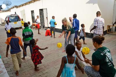 Volontärarbete utomlands - En grupp barn leker tillsammans med volontärer vid barnhem i Dar es Salaam, Tanzania.