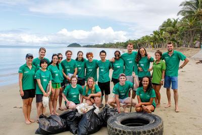 Gruppfoto av volontärer under strandstäd på Fiji.