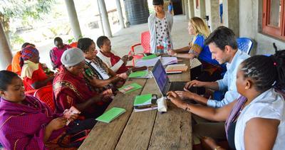 En grupp småföretagare lär sig bokföring av volontär i Ghana