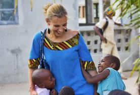 Voolontärarbete utomlands - volontär leker med barn