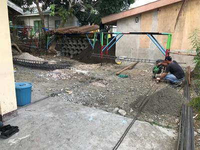 En hantverkare förbereder byggarbetsplatsen för Projects Abroads 45 dagars byggutmaning på Filippinerna