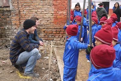 Volontärer vid projektet för katastrofhjälp i Nepal träffar barnen de byggt en skola åt.