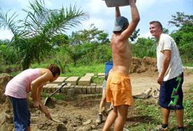 Volontärarbete utomlands - volontärer bygger hus