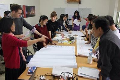 Grupp av volontärer arbetar vid kontoret för internationell utveckling i Vietnam