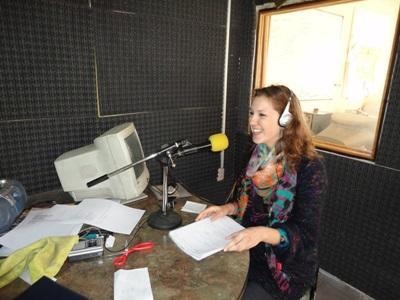 Kvinnlig volontär i studioni vid projektet för radiojournalistik i Vietnam