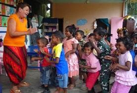 Volontärarbete Utomlands - volontär sjunger med barn