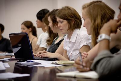Kvinnlig volontär med laptop vid projekt för människorätt