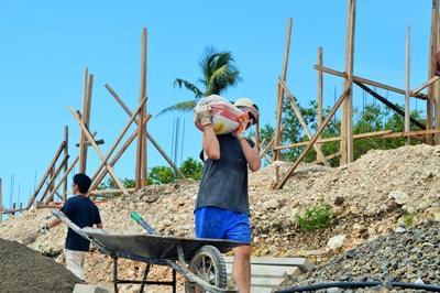 Volontär från Projects Abroad ger arbetsterapibehandling till ung pojke vid projekt på Filippinerna.