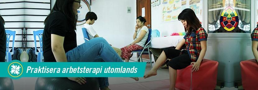 Volontär utför övningar på yogaboll med patienter vid ergoterapiprojekt i Vietnam