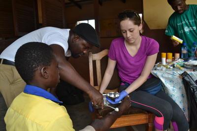 Volontär hjälper till vid fältarbete i Ghana