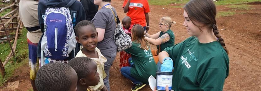 Kvinnliga volontärer delar ut läkemedel vid fältarbete inom ramarna för farmaceutprojekt i Kenya.