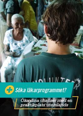 Praktikant vid sjukvårdsprojekt på Sri Lanka hjälper äldre leende dam.