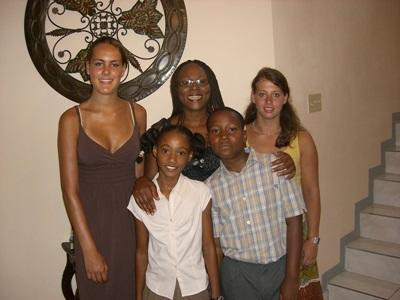 Volunteer with her host family in Jamaica with Projects Abroad