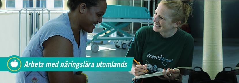 Kvinnlig volontär vid närningsprojekt på Samoa fyller i ett frågeformulär tillsammans med kvinnlig patient