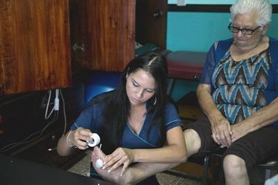 Projects Abroad volontär behandlar äldre dam vid sjukgymnastikprojekt i Costa Rica