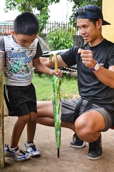Volontär från Projects Abroad ger sjukgymnastik till ung pojke vid projekt på Filippinerna.