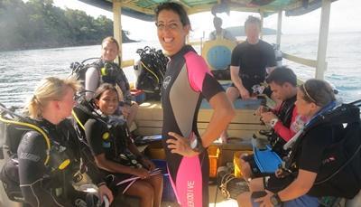 Volontärer gör sig redo, tillsammans med sin instruktör, att dyka vid naturvårdsprojektet i Kambodja