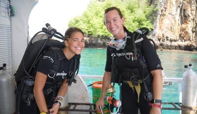 Två kvinnliga volontärer efter dyk vid naturvårdsprojekt i Thailand