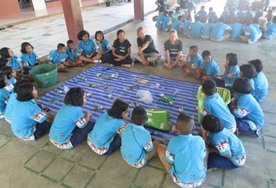 Volontärer vid naturvårdsprojektet i Thailand utbildar skolbarn om återvinning.