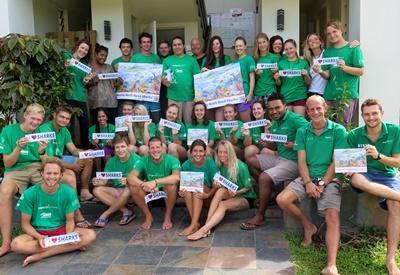 """Gruppfoto av volontärer och personal vid hajprojektet på Fiji hållandes skyltar där det står """"I love Sharks"""""""