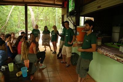 Volontärer vid naturvårdsprojektet i Costa Rica håller i en presentation om fladdermusprojektet.