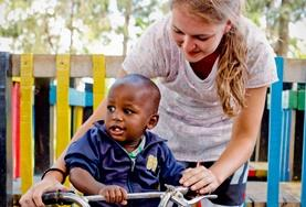 Volontär med barn, ungdomar och äldre : Kenya
