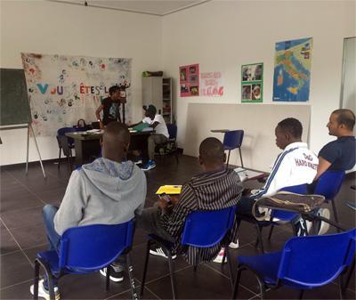Flyktingar får lektioner I italienska vid projekt i södra Italien