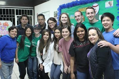 Gruppfoto av volontärer och personal vid HIV/AIDS-projekt i Mexiko