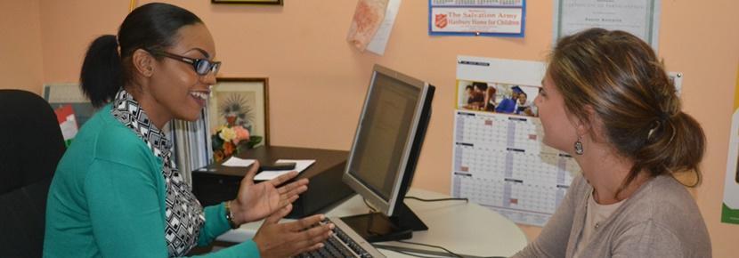Socionompraktikant diskuterar med handledare vid praktikplats med Projects Abroad