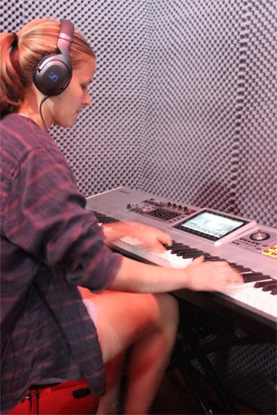 Volontär vid projektet för musikproduktion i Kapstaden spelar keyboard
