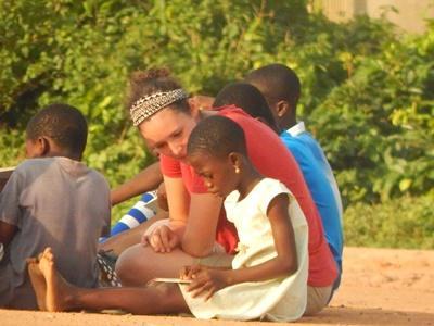 Ung flicka läser tillsammans med volontär i Ghana
