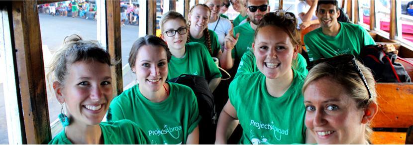 Grupp volontärer vid sommarvolontärprojekt
