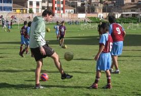 Volontärarbete utomlands - volontär spelar fotboll