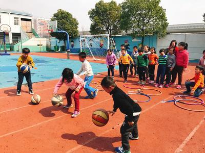 Barn spelar boll vi idrottsprojektet i Kina