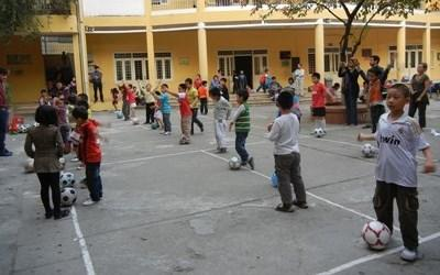 Sports volunteer teaching a physical education class in Vietnam
