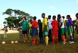 Volontärarbeta med skolidrott utomlands : Jamaica
