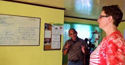 Volontär från Projects Abroad vid privatundervisning i engelska på Filippinerna