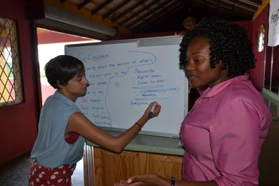 Kvinnlig volontär under engelskalektion på Jamaica med Projects Abroad