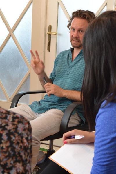 Engelskalärare i Rumänien håller i lektion för volontärer från Projects Abroad
