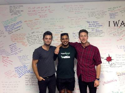 Tre volontärer från Projects Abroad i klassrum för engelskaundervisning