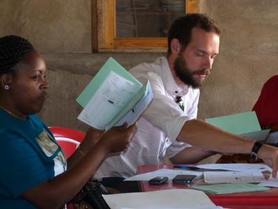 Manlig volontär vid engelskakurs i Tanzania med Projects Abroad