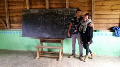 Två volontärer läser malagassiska under sin tid med Projects Abroad på Madagaskar.
