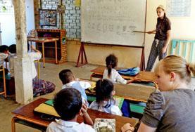 Volontärarbete utomlands - volontär undervisar