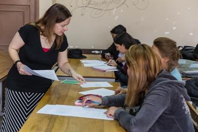 Lärarvolontär vid undervisningsprojektet i Argentina håller i engelskalektion vid universitetet