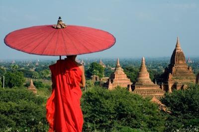 Munk blickar ut över Myanmars berömda Bangatempel