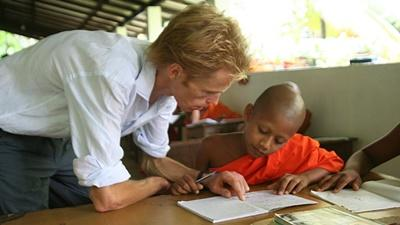 Volunteer on the Teaching project in Sri Lanka works with monks