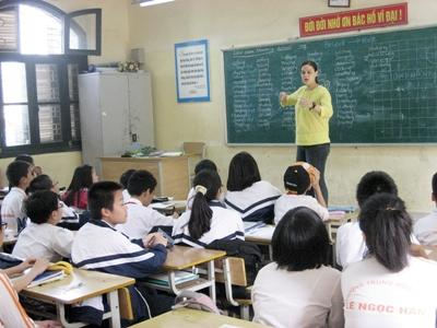 Volunteer teaches a vocabulary lesson to students in a school in Vietnam