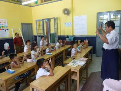 Undervisning i klass för döva skolbarn i Yangon, Burma