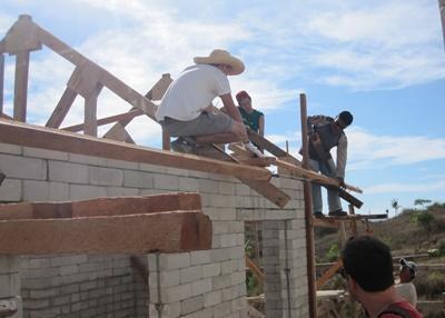 Ungdomsvolontärer från projects Abroad lägger tak på ett hus vid byggprojektet på Filippinerna.