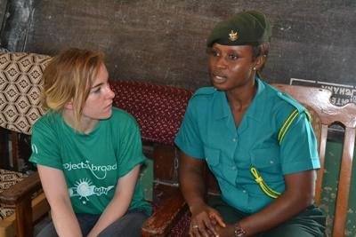 Volontär vid projektet för mänskliga rättigheter i Ghana samtalar med immigrationsofficer angående barn-trafficking